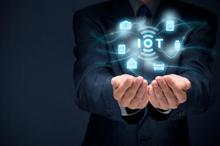 Het internet van de dingen (ivd) concept. Zakenman aanbod ivd oplossing voorgesteld door symbool verbonden met pictogrammen van typische ivd intelligente huis, auto, camera, horloge, een wasmachine en een fornuis. Stockfoto