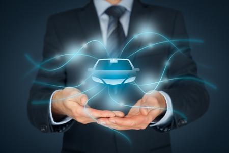 Coche (automóvil) de seguros y servicios de coche concepto. Hombre de negocios con gesto de ofrecimiento y el icono de coche. Foto de archivo