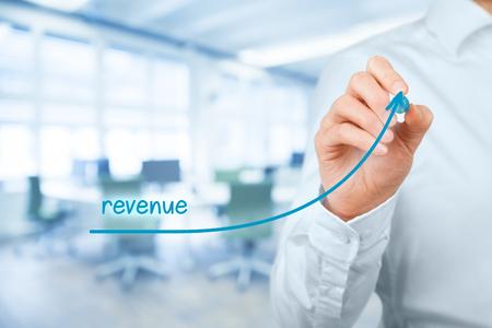 Verhogen van de inkomsten concept. Zakenman plannen omzetgroei, kantoor in de achtergrond.