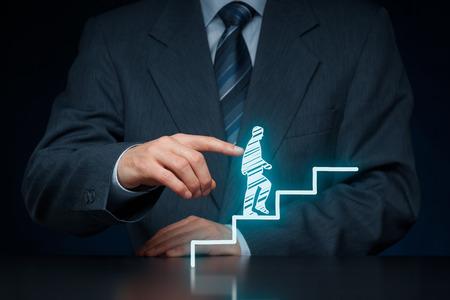 El desarrollo personal, crecimiento personal y profesional, el éxito, el progreso, la motivación y conceptos potenciales. Coach (oficial de recursos humanos, supervisor) ayuda a los empleados con su crecimiento.