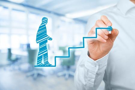 Persoonlijke ontwikkeling, persoonlijke en carrière groei, vooruitgang en mogelijke concepten. Coach (human resources officer, supervisor) te motiveren werknemer aan de groei. Kantoor in de achtergrond.