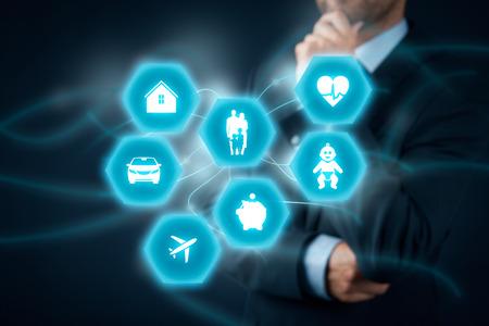 Concept de l'assurance. Homme d'affaires (agent d'assurance, client) penser à l'assurance. icônes d'assurance: assurance immobilier, assurance automobile, assurance Voyage, l'assurance familiale et la vie, l'assurance des enfants, assurance financière et d'assurance maladie. Banque d'images - 56780021
