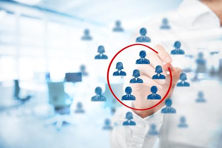 Segmentation marketing, la gestion, le marché cible, le public cible, les clients se soucient, la gestion de la relation client (CRM), les ressources humaines et recruter des concepts d'analyse de la clientèle, double exposition avec bureau en arrière-plan.