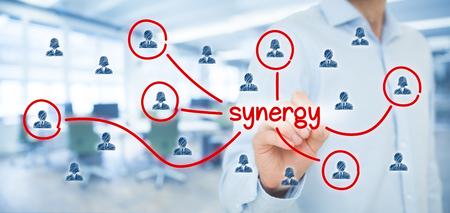 Synergy okazja koncepcja. Manager (biznesmen) łączą członków zespołu z synergii tekstowym współpracujący zespół podłączony do tego tekstu. Zdjęcie Seryjne
