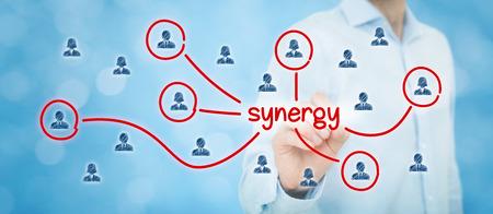 sinergia: Sinergia concepto de oportunidad. Manager (hombre de negocios) se conectan con los miembros del equipo sinergia texto, equipo relacionado con este texto cooperar.