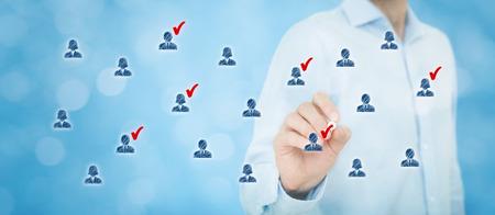 zeichnen: Marketing-Segmentierung, Zielgruppe, Kundenbetreuung, Customer Relationship Management (CRM), Personalwesen, Kundenanalyse und Zielgruppenkonzepte. Große Banner Komposition, Bokeh im Hintergrund.