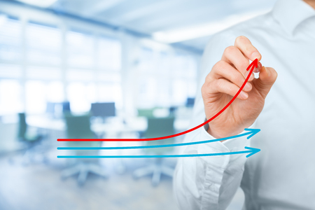 La evaluación comparativa y el concepto de líder del mercado. Manager (hombre de negocios, el entrenador, el liderazgo) dibujar el gráfico con tres líneas, una de ellas representan la mejor empresa de la competencia.