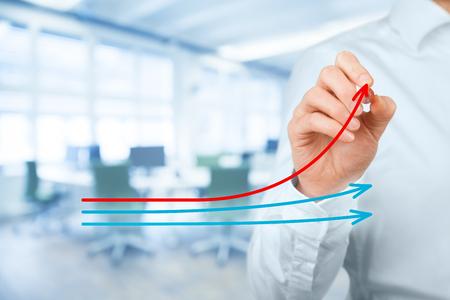 eficiencia: La evaluación comparativa y el concepto de líder del mercado. Manager (hombre de negocios, el entrenador, el liderazgo) dibujar el gráfico con tres líneas, una de ellas representan la mejor empresa de la competencia. Foto de archivo