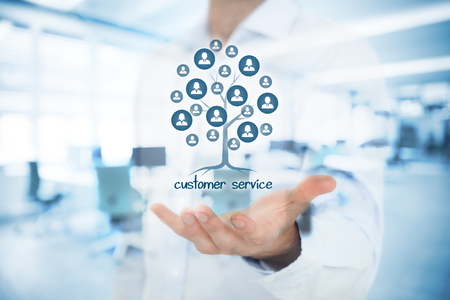 concept de service à la clientèle. Le service client est une racine d'un arbre dans les relations avec les clients. Les clients représentés par des icônes. Double photo exposée avec le gestionnaire de service à la clientèle et le bureau.