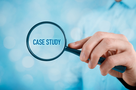 Zakenman gericht op case study. Zakenman vergroten handgeschreven tekst case study.