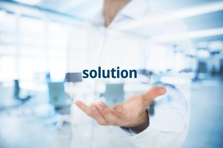 Uomo d'affari o consulente di darvi una soluzione di business. Doppio composizione esposta con ufficio in background.