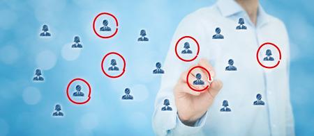 Segmentation marketing, public cible, les soins à la clientèle, la gestion de la relation client (CRM), les ressources humaines, l'analyse des clients et des concepts de groupes de discussion. Composition de la bannière large, bokeh en arrière-plan.