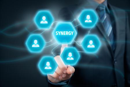 Synergy okazja koncepcja. Manager (biznesmen) łączą członków zespołu współpracującego z synergii tekstowym.