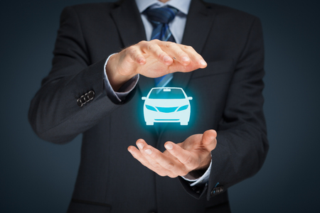 車 (自動車) 保険と衝突損傷放棄概念。保護ジェスチャーと車のアイコンで実業家。