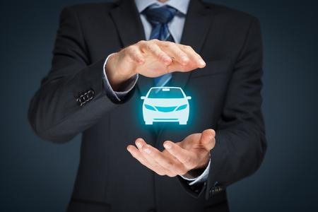 Coche (automóvil) de seguro y conceptos daños por colisión. Hombre de negocios con gesto protector y el icono de coche.