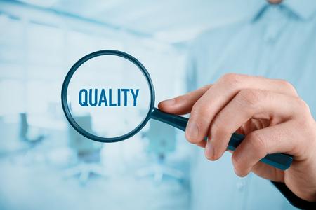 Konzentriert sich auf Qualitätskonzept. Manager (Unternehmer, Trainer, Führung) auf Qualität im Geschäft, Büro im Hintergrund konzentriert. Standard-Bild
