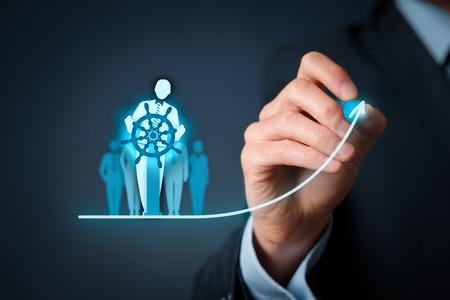 Business-Verbesserung und Entwicklung Konzept. Kapitän (Symbol der Teamleiter) die Richtung ändern.