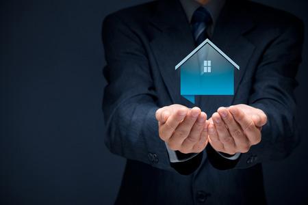 agent de sécurité: L'offre immobilière agent maison. L'assurance des biens et le concept de sécurité. Banque d'images