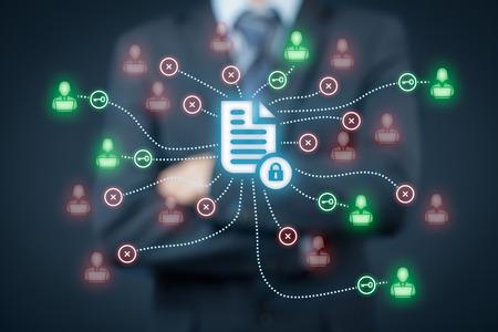 gestion documental: sistema de gestión de datos corporativos (DMS) y el sistema de gestión de documentos con el concepto de privacidad tema. Hombre de negocios piensa cómo proteger documentos relacionados con los usuarios, los derechos de acceso simbolizados por clave. Foto de archivo