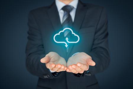 クラウドコンピューティングの概念 - 実業家は、クラウドコンピューティング アイコンによって表されるサービスを提供しています。