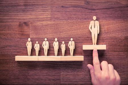 autoridad: líder exitoso equipo (director, CEO, líder en el mercado) y otro conceptos más importantes. De pie entre la multitud.