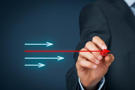 市場のリーダー、ベンチマークおよび別の成功ビジネス テーマ。ビジネスマンは、別のよりも大きい 1 つの矢印を描画します。