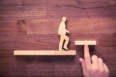 Persoonlijke ontwikkeling, persoonlijke en carrière groei, vooruitgang en mogelijke concepten. Coach (human resources officer, manager, mentor) te motiveren werknemer aan de groei. Stockfoto - 62541625