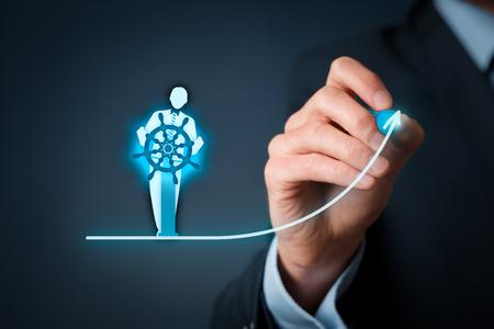 비즈니스 개선 및 개발 개념입니다. 캡틴 (팀 리더의 상징)은 회사 성과를 향상시키기 위해 방향을 바꿉니다.