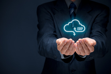 클라우드 서비스 개념으로 기업 자원 계획 ERP. 클라우드 컴퓨팅 서비스로 사업가 제공 ERP 비즈니스 관리 소프트웨어.