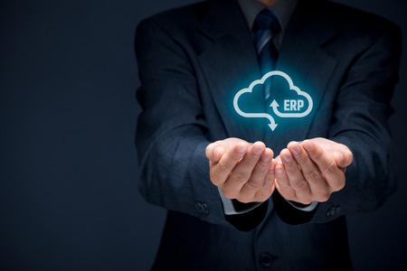 ERP de planification des ressources de l'entreprise en tant que concept de service en nuage. Homme d'affaires offre ERP logiciels de gestion d'entreprise en tant que service de cloud computing. Banque d'images