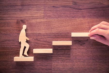 Persoonlijke ontwikkeling, persoonlijke en carrière groei, vooruitgang en mogelijke concepten. Coach (human resources officer, manager, mentor) te motiveren werknemer aan de groei. Stockfoto - 63274885
