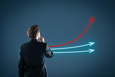 Benchmarking und Marktführer Konzept. Manager (Unternehmer, Trainer, Führung) schauen auf die Grafik mit drei Linien, einer von ihnen repräsentieren das beste Unternehmen im Wettbewerb.