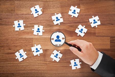 recursos humanos como la paz de rompecabezas, de auditoría y el concepto personal del centro de evaluación - reclutador buscan empleado ideal para el equipo representado por el icono. Foto de archivo