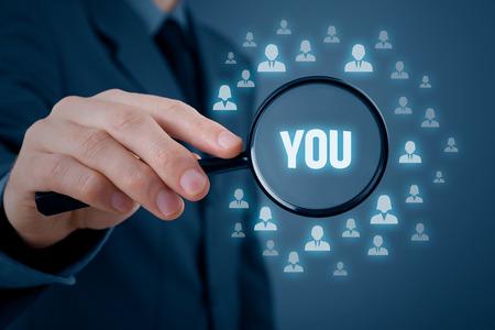 Concepto de recursos humanos - selección de personal o headhunter mirada para usted. Orientación al cliente concepto de marketing. Foto de archivo