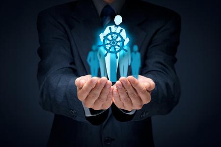 poprawa działalności i rozwoju koncepcji. Kapitan (symbol Team Leader) kierunku zmian w celu zwiększenia wydajności firmy. Zdjęcie Seryjne