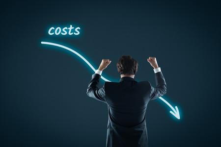 Kosten reductie, de kosten gesneden, kosten optimalisatie business concept. Zakenman lagere kosten te vieren.