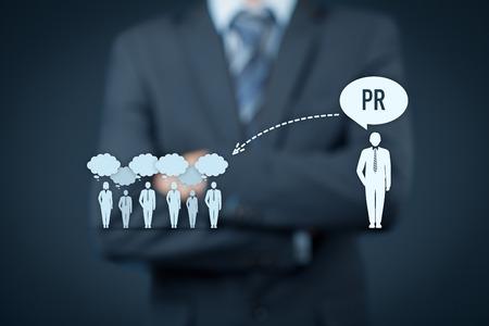 relaciones publicas: relaciones públicas (PR) de concepto. Hombre de negocios piensa acerca de los servicios de PR (relaciones públicas) y su impacto al público. Foto de archivo