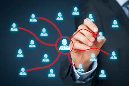 Manager afgevaardigde werk aan een ander team werknemers. Managerial concept met delegatie.