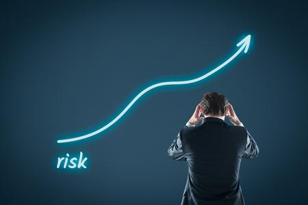 persona pensando: Concepto cada vez mayor riesgo. Inversor o inversores informales se sienten frustrados por el aumento de riesgo de inversión.