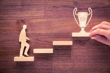 Persoonlijke ontwikkeling, groei van persoon en carrière, vooruitgang en potentiële concepten. Coach (human resources officer, manager, mentor) motiveert werknemer om te groeien met beker.
