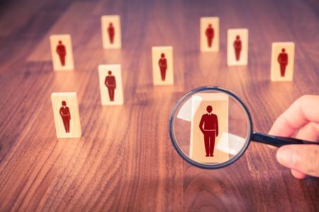 인적 자원, CRM, 시장 세분화 및 소셜 미디어 개념 - 직원이 아이콘으로 표시되는 직원을 찾고 있습니다.