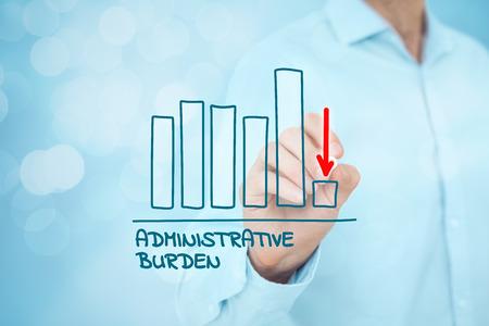 Administracyjne koncepcja redukcji obciążeń. Biznesmen narysować wykres z redukcji obciążeń administracyjnych.