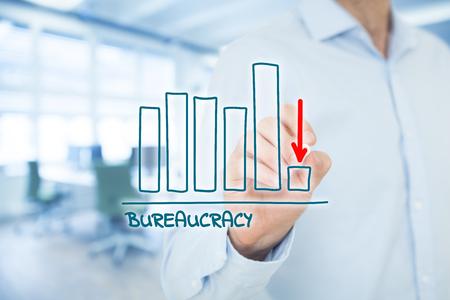 官僚の削減のコンセプトです。ビジネスマンは、官僚主義の減少とグラフを描け。 写真素材