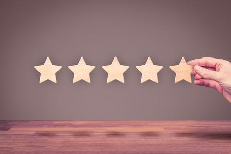Erhöhen Sie Bewertung, Bewertung und Klassifizierung Konzept. Geschäftsmann mit der Hand dargestellt fünften Stern hinzuzufügen. Standard-Bild