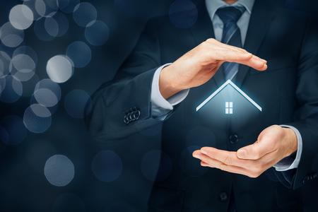 Agente inmobiliario ofrece casa. Seguro de propiedad y concepto de seguridad. Composición correcta con bokeh en fondo.