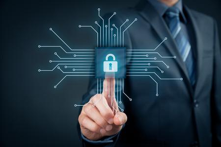 情報技術機器セキュリティ概念。ビジネスマンは、ポイントで表される抽象的なデバイスに接続されているチップの簡易設計のボタンをクリックし 写真素材