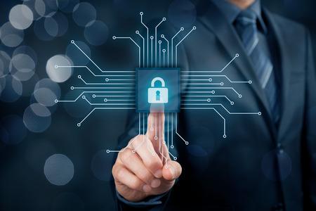 Technologies de l'information concept de sécurité des dispositifs. Homme d'affaires cliquez sur le bouton dans la conception simplifiée de la puce, reliée à des dispositifs abstraits représentés par des points. Banque d'images - 70619753