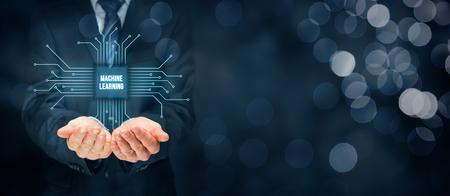 Maschinelles Lernen Datenanalyse-Konzept. Geschäftsmann oder Programmierer mit abstrakten Symbol eines Chips mit Textmaschine mit Daten, die durch Punkte dargestellt verbunden Lernen.