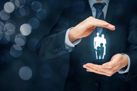 familias jovenes: seguro de vida familiar, los servicios de apoyo a la familia y conceptos familias. Hombre de negocios con gesto protector y la silueta que representa asegurado de la familia joven. Foto de archivo