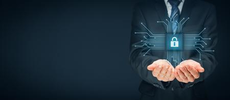 Technologies de l'information concept de sécurité des dispositifs. Homme d'affaires offre des services de sécurité - bouton avec icône de cadenas dans la conception simplifiée de la puce connecté avec des dispositifs abstraits représentés par des points. Banque d'images